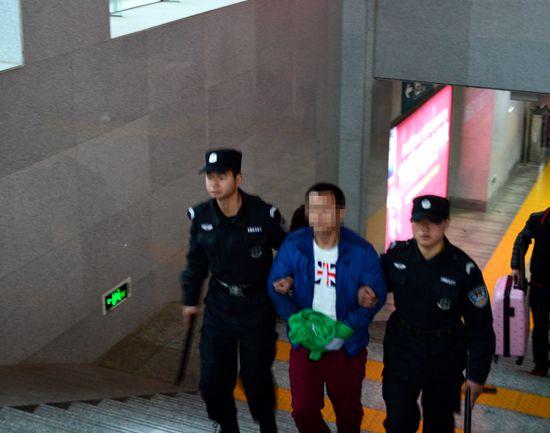 Арестованный отец, который задушил своего ребенка. Фото с сайта: www.hb.xinhuanet.com