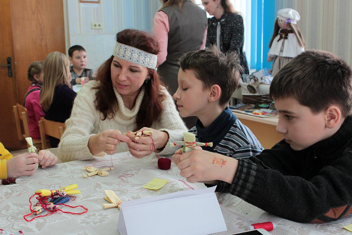 Мастер-класс по изготовлению кукол-оберегов для учеников начальных классов. Фото: Юрий ПИВОВАРЧИК
