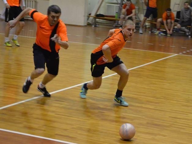 СМП-760 6:10 «Виктория». Игорь Кунаш из «Виктории» (слева) и Дмитрий Чемерис из БЗСП-760 (справа) рвутся к мячу. Фото: Сергей ЖИВУЛА