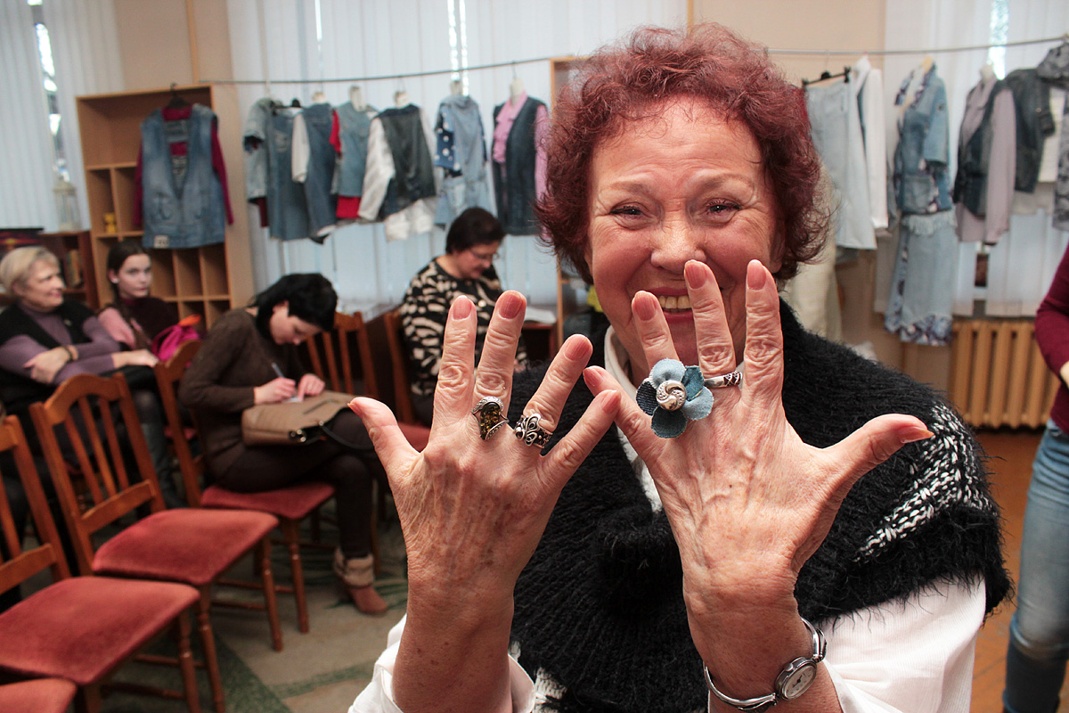 Маргарита Котова демонстрирует кольцо с декором из джинсовой ткани
