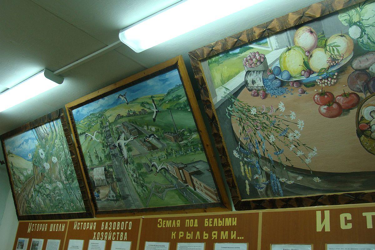 Карціны Мікалая Панасенкі ў школьным музеі. Фота: Алесь ГІЗУН