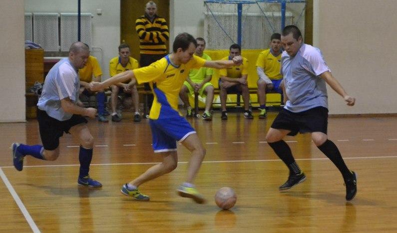 «Олимп» 2:10 «Лагуна». Виталий Юшкевич из «Олимпа» (справа) пытается остановить футзалиста «Лагуны» . Фото: Сергей ЖИВУЛА