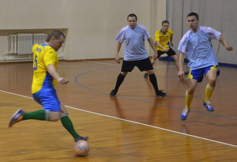 «Олимп» 2:10 «Лагуна». Сергей Коршун («Лагуна») наносит удар.  Фото: Сергей ЖИВУЛА