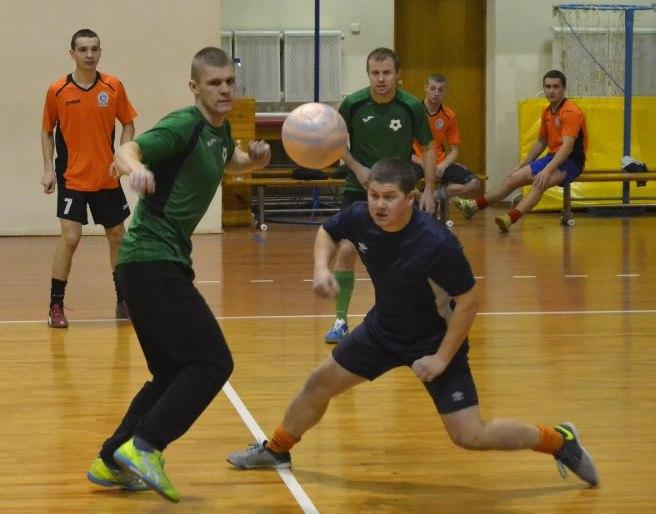 «Студенты» 10:2 СМП-760. Андрею Горбачене из СМП-760 (справа) удалось выбить мяч. Фото: Сергей ЖИВУЛА