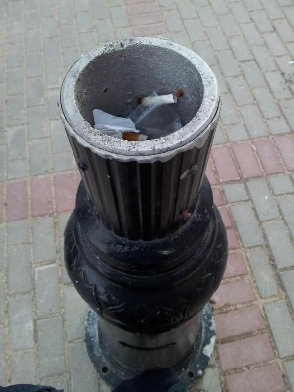 Спиленные фонари горожане превратили в пепельницы. Фото: Татьяна НЕКРАШЕВИЧ.