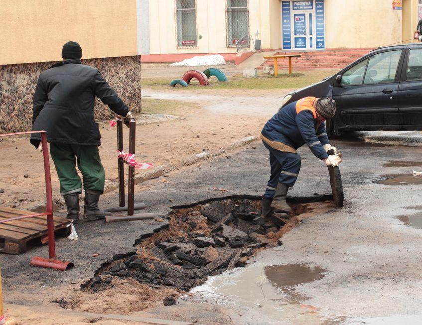 Коммунальщики проводят работы на месте происшествия. Фото: Юрий ПИВОВАРЧИК