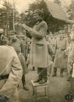 Чытанне акта 5 лістапада падпалкоўнікам Лявонам Бярбецкім. Баранавічы, вайсковы гарадок.