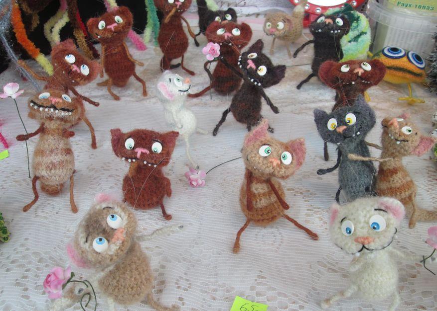 Вязаные мартовские коты. Фото: Татьяна НЕКРАШЕВИЧ