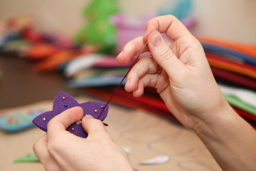 Фетровая игрушка шьется очень легко: две половинки нужно сложить друг с другом и по краям обшить обметочным швом. Фото: Александр КОРОБ.