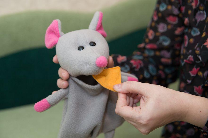 Сшитого мышонка дети могут накормить сыром, сделанным из ткани. Фото: Александр КОРОБ.