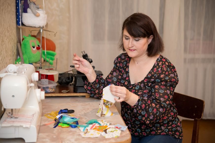 Мастерица Юлия Метко шьет развивающие игрушки. Фото: Александр КОРОБ.
