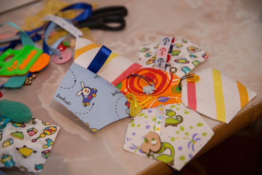 Будущий текстильный кубик со шнуровками. Фото: Александр КОРОБ.