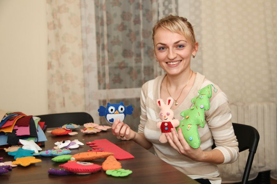 Людмила Перевитая со своими игрушками. Фото: Александр КОРОБ.