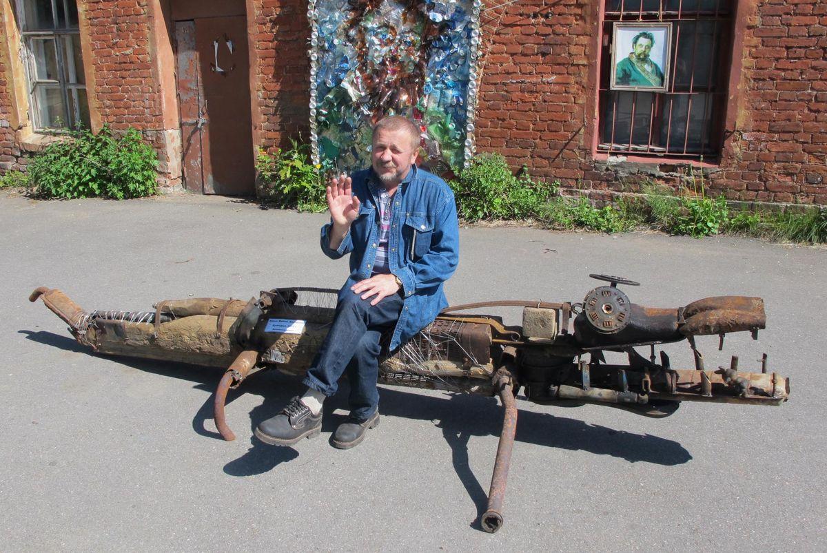 Алесь Фалей з кампазіцыяй у выглядзе кракадзіла ў Кранштаце.