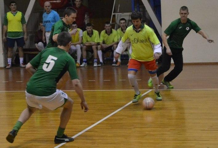 «Студенты» 7:0 «Ляховичи». Футзалист «Ляховичей» с мячом. Фото: Сергея ЖИВУЛЫ