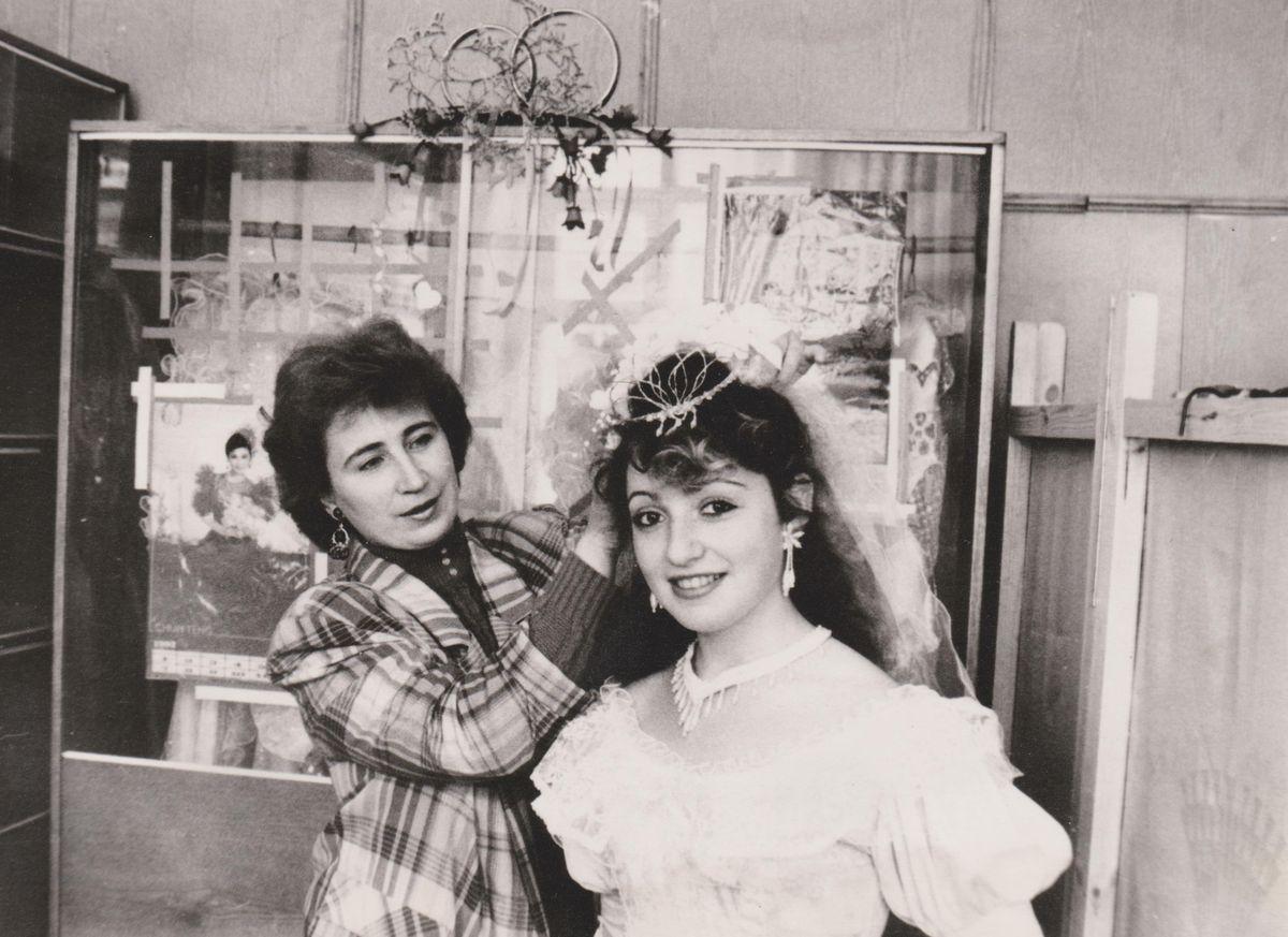 Тамара Ангурец с невестой Натальей Азаровой в салоне, расположенном в комбинате бытового обслуживания, 1992 год.