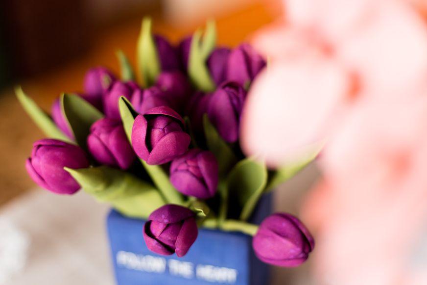 Тюльпаны из фоамирана. Фото: Александр КОРОБ.