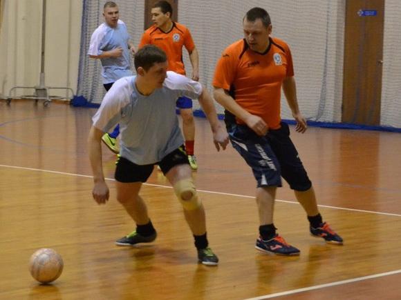 «Олимп» 5:10 СМП-760. Маневр с мячом совершает Александр Бирук из «Олимпа». Фото: Сергей ЖИВУЛА.