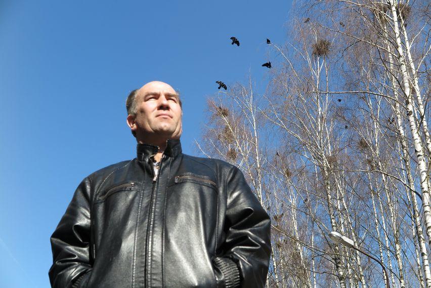 Житель дома №46А Андрей Андров рассказывает, что при строительстве дома березы старались сохранить. А теперь на них вьют гнезда птицы, от которых у людей только головная боль. Фото: Александр КОРОБ