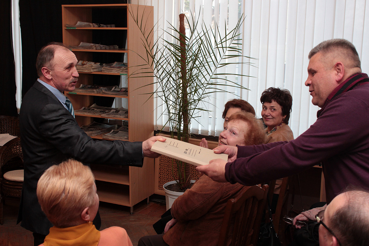 Анатоль Хвайніцкі перадаў Алегу Панамарову на рэцэнзію рукапіс сваёй пятай кнігі