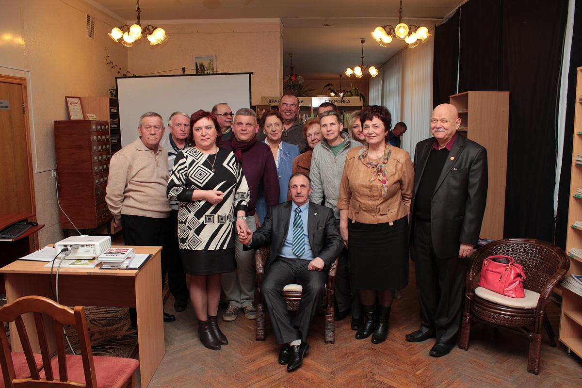 Анатоль Хвайніцкі з жонкай Ганнай, сваім трэнерам Валерыем Галіцкім (крайні справа), сваякамі і сябрамі