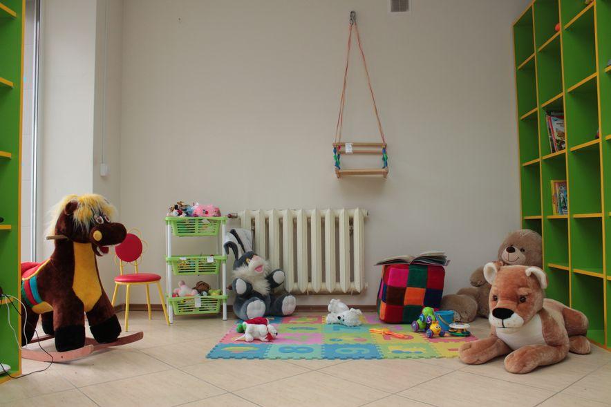 На комиссию принимают различные детские товары. Фото: Юрий ПИВОВАРЧИК.