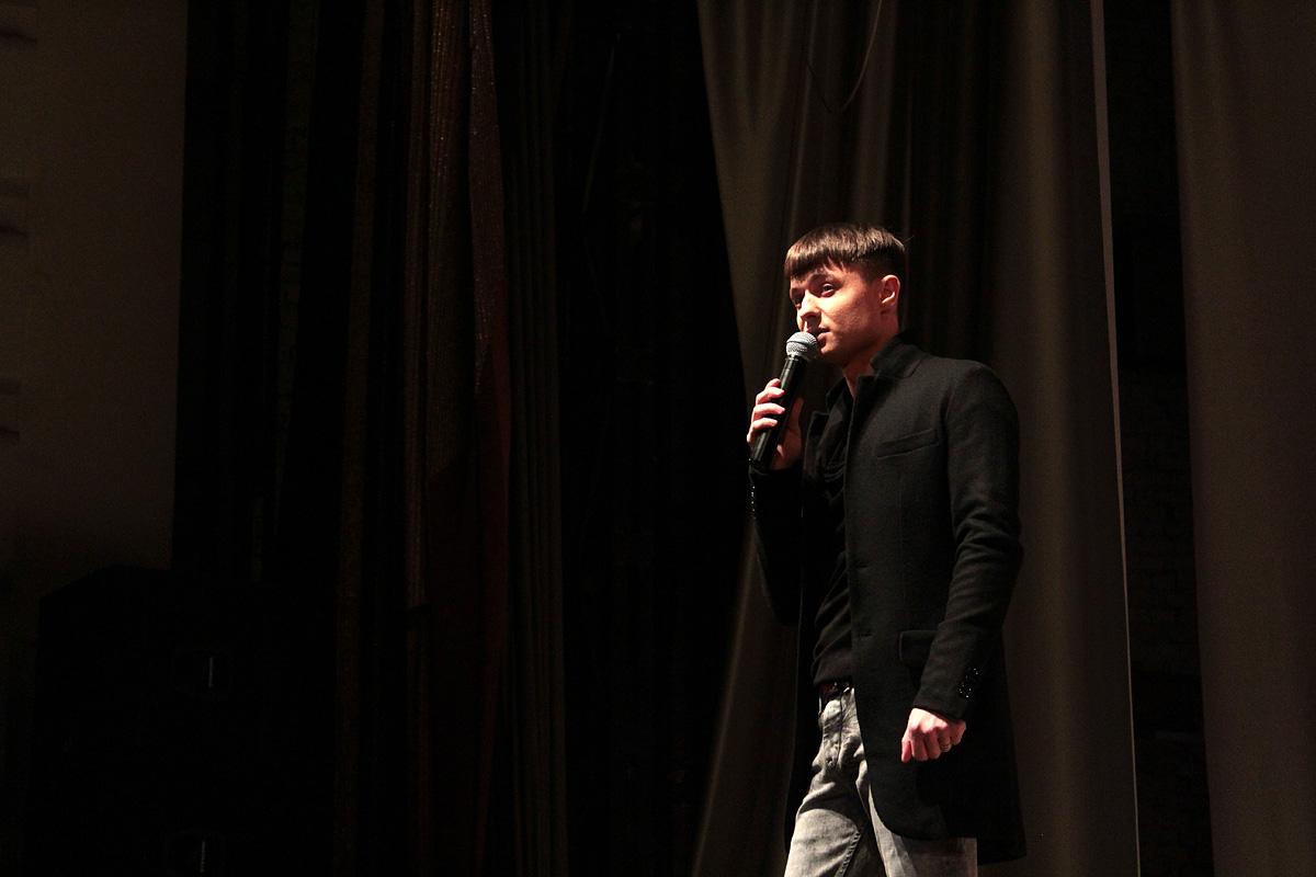 Вместе с Виктором Калиной на сцену вышел Александр Курган и исполнил несколько своих популярных песен