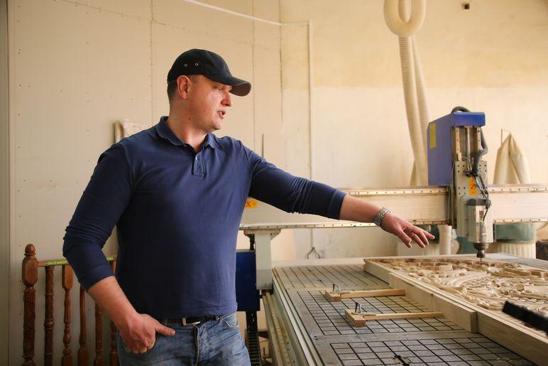 Дмитрий Полуянов в мастерской. Фото: Александр КОРОБ