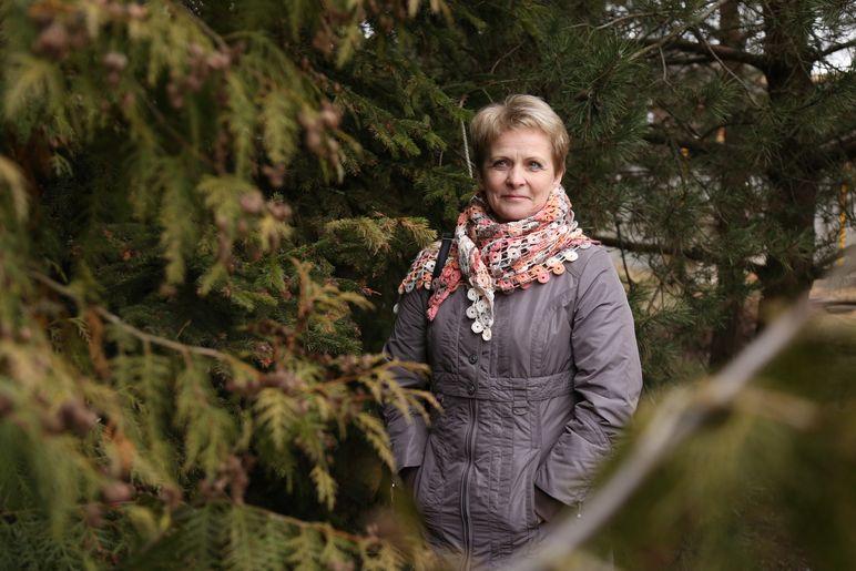 Анна Пронько считает, что женщинам, занимающимся тяжелым трудом, будет нелегко выполнять свою работу после 55 лет. Фото: Александр КОРОБ