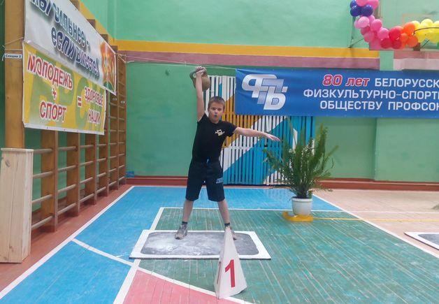 Егор Гук поднял 8-килограммовую гирю 209 раз