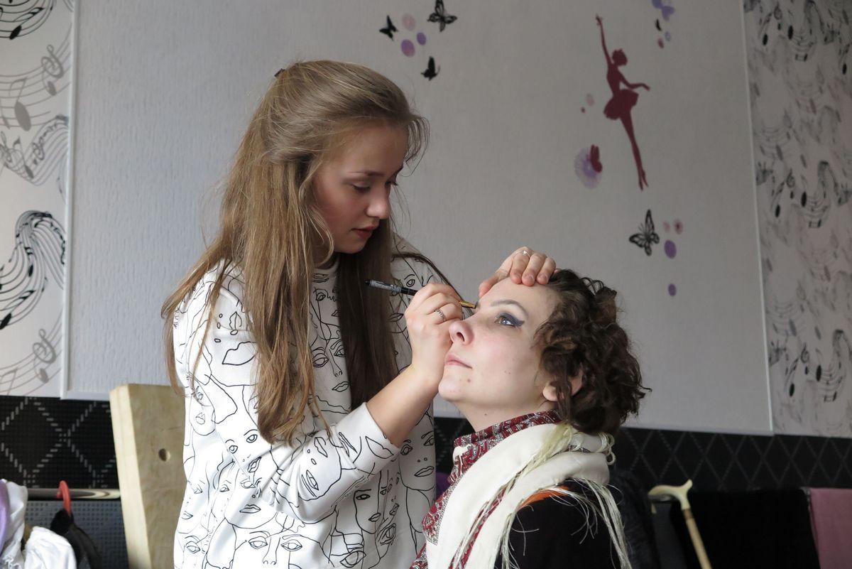 Актрисы театра-студии «Новая сцена» готовятся к спектаклю.