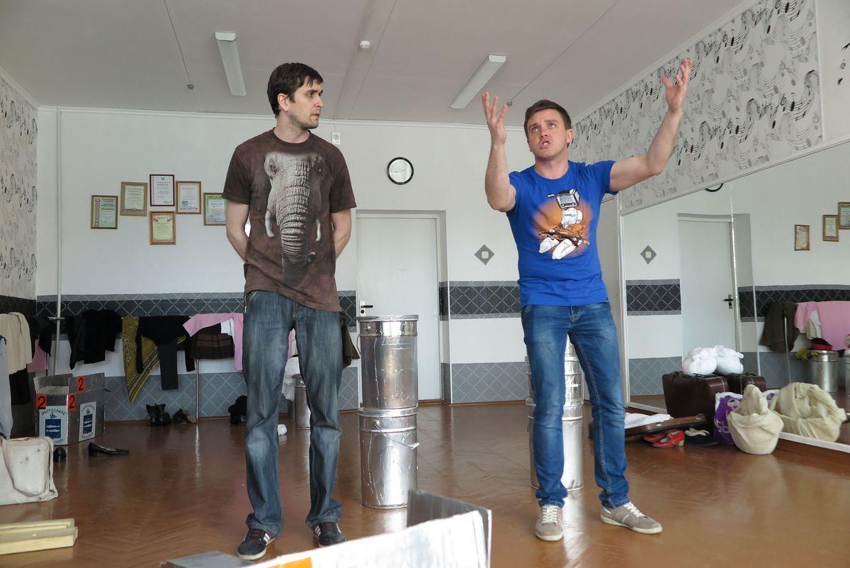 Актеры театра-студии «Новая сцена» репетируют сцену из спектакля «А что нам еще остается...».