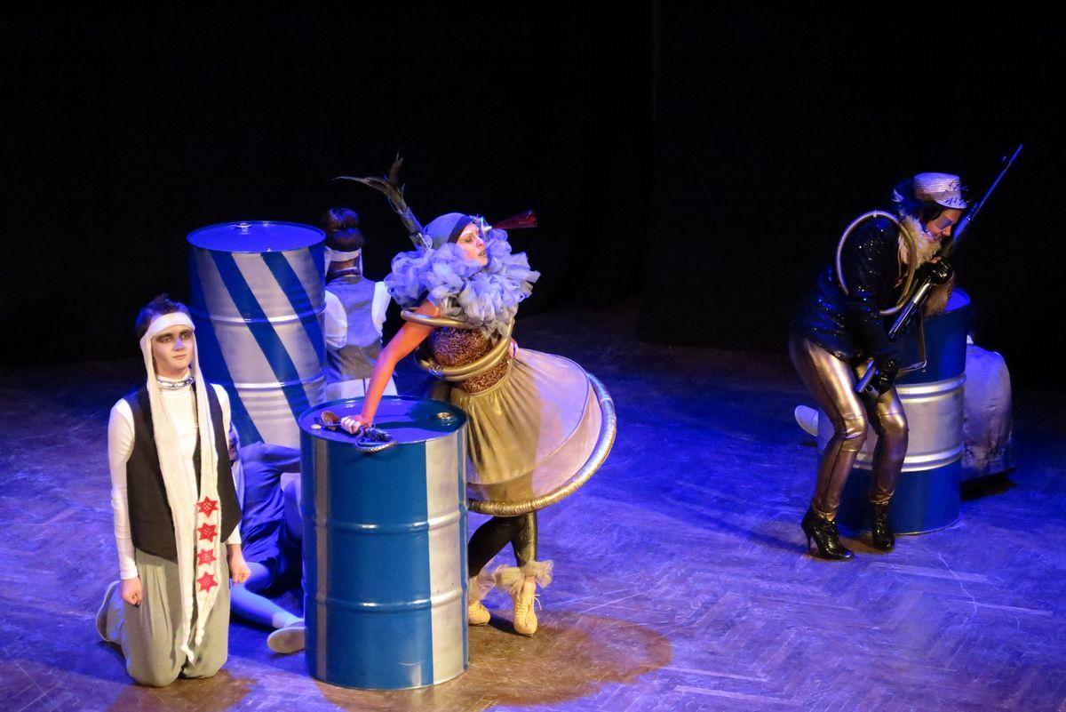 Спектакль «Тринадцатая звезда» показывает зрителям питерский театр-студия «Игрище»,
