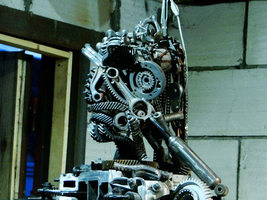 Робот сделан из старых автомобильных запчастей. Фото: архив Александра ЗАСТРОВСКОГО.
