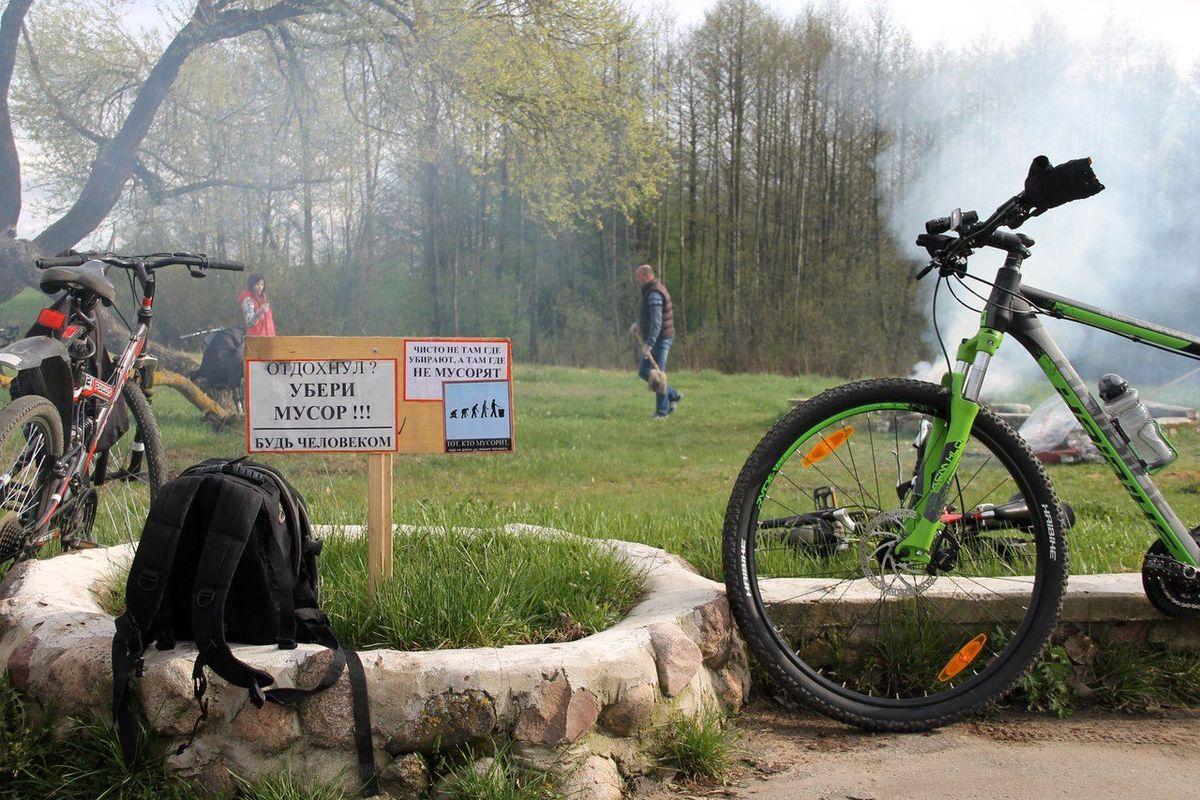 Барановичские велосипедисты убрали мусор около реки Щары. Фото: Алексей ШУГАЕВ
