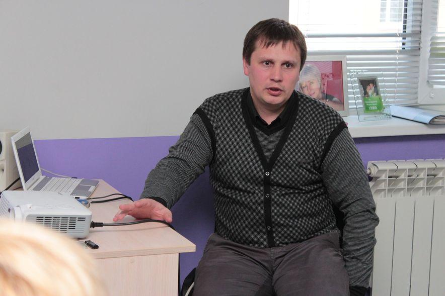 Юрий Шимченя недавно увлекся здоровым питанием и делится с участниками встречи своим опытом. Фото: Юрий ПИВОВАРЧИК.