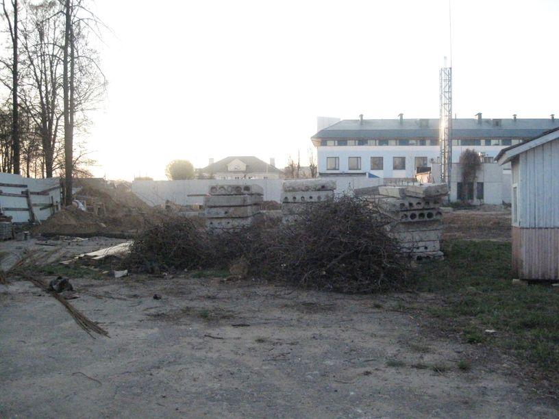 Место строительства находится во дворе Торгового центра на улице Царюка. Фото: Татьяна НЕКРАШЕВИЧ.