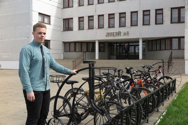 Алексей Громаковский – инициатор оборудования велопарковки около лицея. Фото: Александр КОРОБ