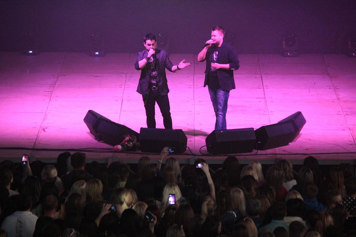 На сцену также вышли Александр Хальзев (солист группы «OPIUM project») и брат Сергея Жукова - Михаил