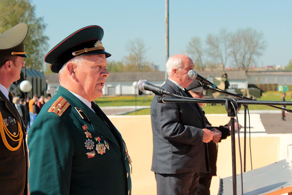 Полковник в отставке Александр Степанович Манащук от имени ветеранов поздравил присутствующих с наступающим Днем Победы и днем части