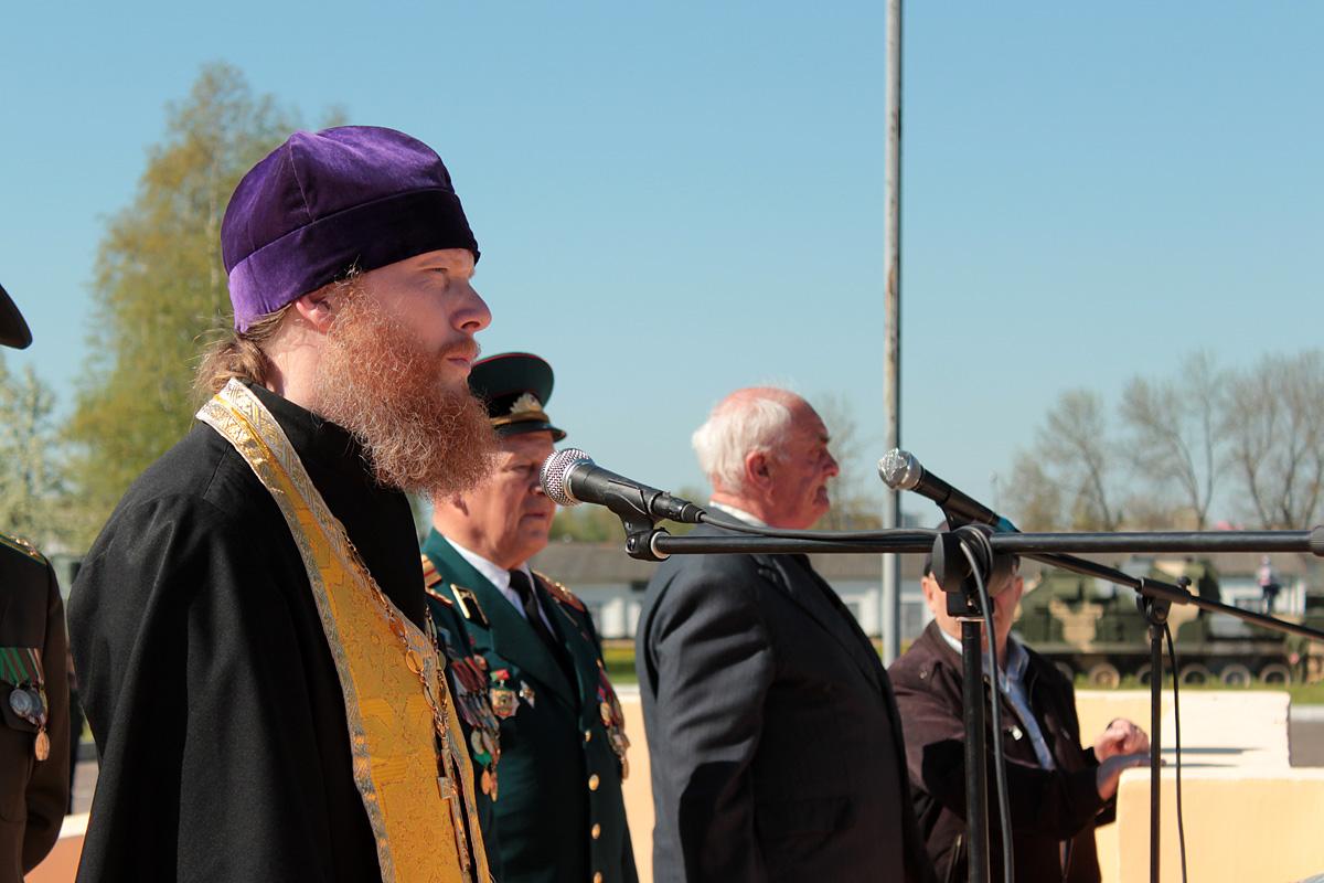 Священник Покровского собора отец Владимир поздравил 120-ю зенитную ракетную бригаду с днем части
