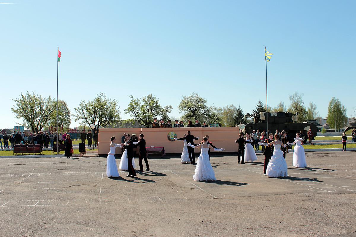 Творческий коллектив Брестского областного кадетского училища исполнил танец Попурри