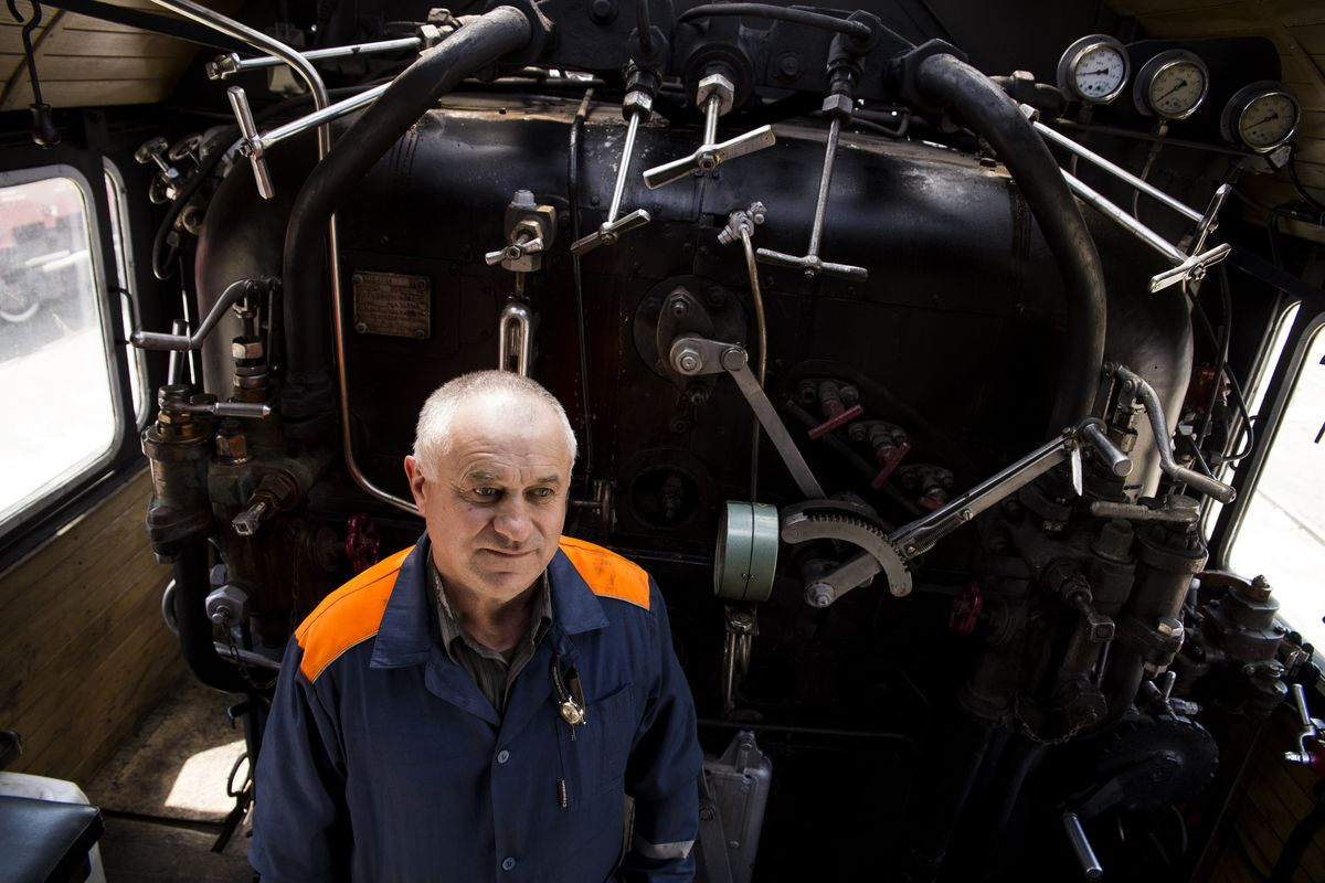 Александр Русакевич в кабине паровоза. Фото: Евгений ТИХАНОВИЧ