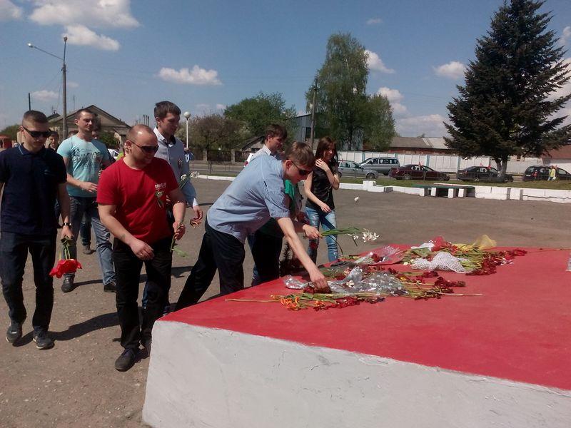 Возложение цветов у памятника воинам-автомобилистам. Фото: Анна РОМАНОВА-КОЛОСОВСКАЯ