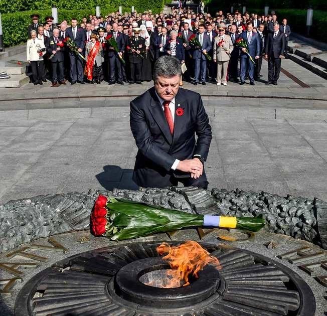 Петр Порошенко у Вечного огня. Фото: http://www.president.gov.ua