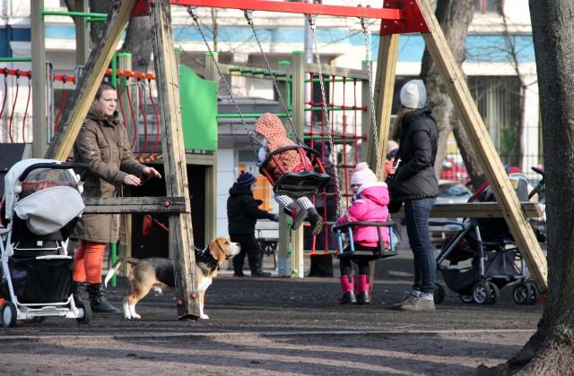Детская площадка в Елгаве, с которой был похищен деревянный тротуар. Фото: сайт tvnet.lv
