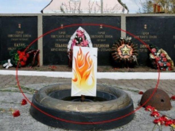 Картонный вечный огонь под Калининградом. Фото: сайт 2x2.su