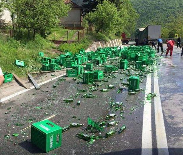 Ящики с пивом вблизи сербского города Чачак. Фото: сайт blic.rs