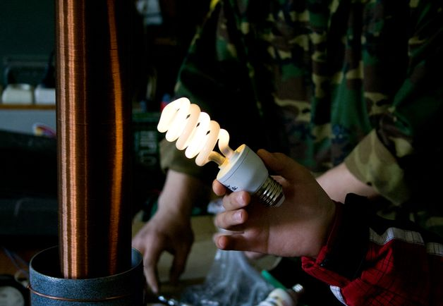 В электромагнитном поле трансформатора Тесла лампочка загорается. Фото: Евгений ТИХАНОВИЧ