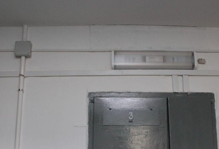 Поменяли светильники и изолировали проводку. Подъезд №1. Фото: Юрий ПИВОВАРЧИК.
